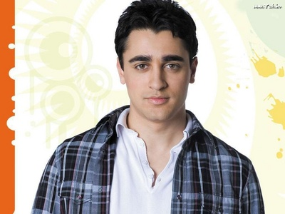 Actor Imran Khan is related to which bollywood star?