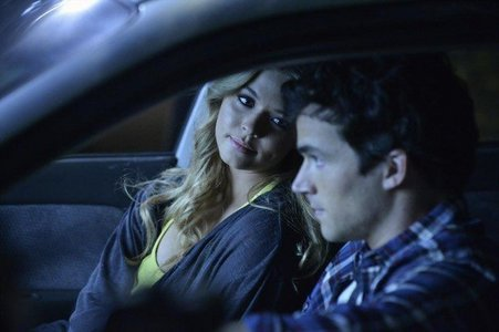 "Who saw Alison with Ezra in his car the night she ""disappeared"" in order to keep the girls an toàn, két an toàn from A?"