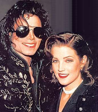 Lisa Marie was in attendance alongside Micael as his 日付 at the Jackson Family Honors awards ceremony back in 1994