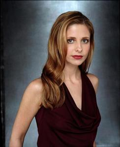 What episode of Buffy did Sarah Michelle Gellar break a bone in her hand while filming?
