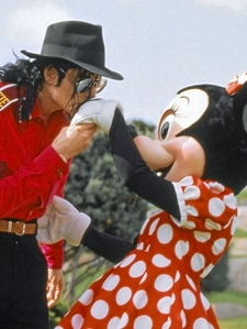 Is it true that Michael dressed up in 迪士尼 costumes and was escorted for pics, just like the other costumed characters?