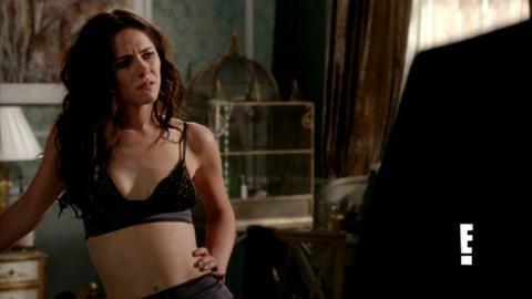 In 1x03 Jasper says that Eleanor looks sexier in