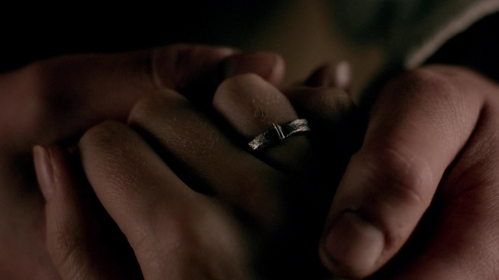 With what object did Jamie make Claire's wedding ring?