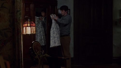 "What does Norman do with this Norma's dress in ""The Deal"" (3x05)?"