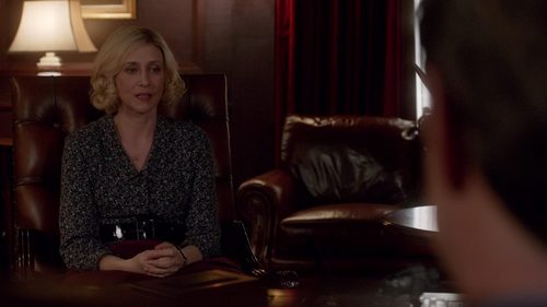 "Does Norma go alone to the meeting with Bob Paris in""The Deal"" (3x05)?"