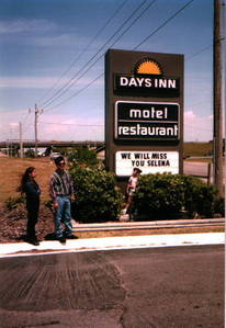On the day of her death, What was the purpose of Selena's visit to see Yolanda at the Days Inn motel?