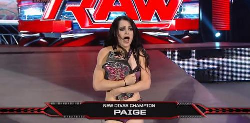 True oder False: Paige once held two titles at the same time in the WWE?