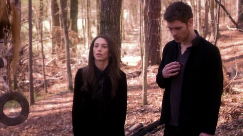 """Which of this things is not included in the deal Dahlia and Klaus make in """"City Beneath The Sea"""" (2x20)?"""