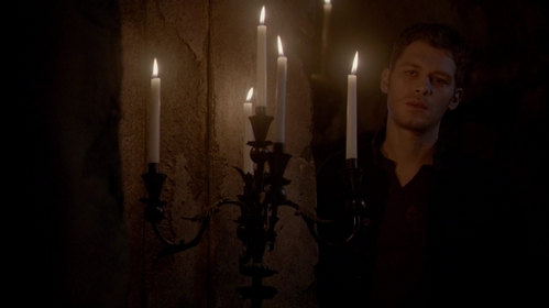 "Who undaggers Klaus at the end of ""City Beneath The Sea"" (2x20)?"