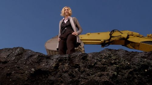"How deep is the pit Bob orders to dig in front of Norma's house in ""The Pit"" (3x08)?"