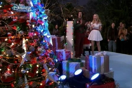 (01x10) Who did decorate the town krisimasi tree?