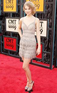 Who designed this dress for Taylor she wore in CMT musik Awards 2009?