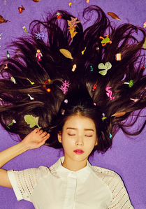 What is IU's favourite colour/s?