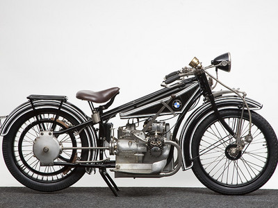 In what ano was BMW's first motorcycle, the R32, unveiled?
