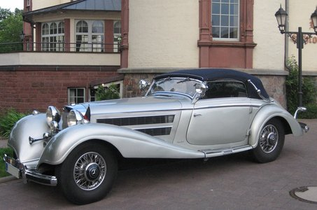 Which one of the following features does this magnificent Mercedes-Benz 500 K have?