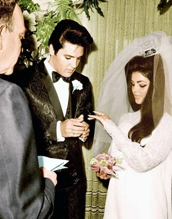 What বছর did Elvis marry longtime sweetheart, Priscilla Bealieu
