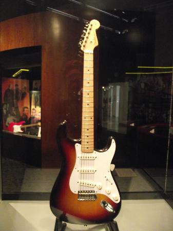 This guitare was once owned par Buddy houx