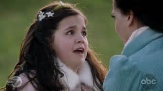 What color hair ribbon did young Snow wear when she saw Regina Поцелуи the stable boy in 1x18?