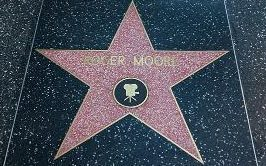 What taon did Sir Roger Moore get a bituin on the Hollywood Walk Of Fame