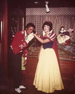 Who is this ディズニー princess in the photograph with Michael