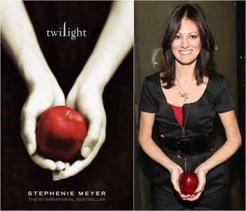What is the name of the woman holding the 사과, 애플 on the Twilight book cover ?
