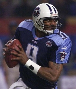 Steve McNair was brutally murdered によって his girlfriend in a murder /suicide back in 2009