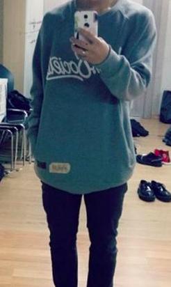 Name that body! Who's taking this mirror selfie?