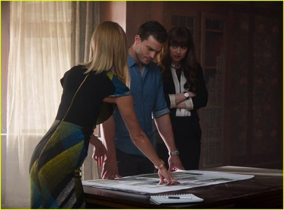 What is the name of the architect who designs Christian and Ana's house?
