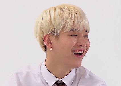"""""""Yoongi-hyung's gummy smile is the best!"""" Who sagte this and made Yoongi smile?"""