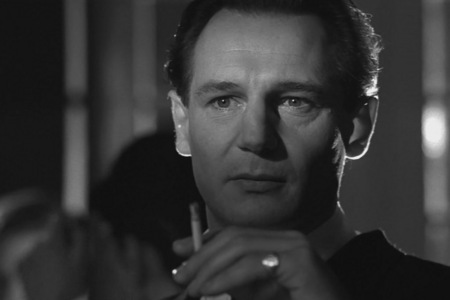 In 'Schindler's List' what color 재킷, 자 켓 does the little girl wear ?