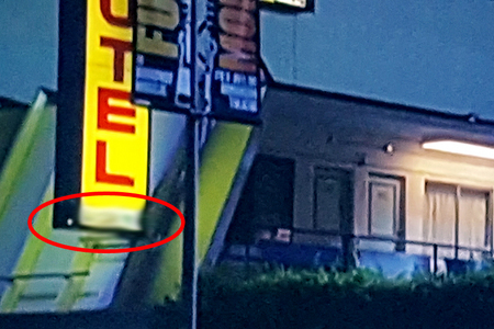 In S03E21 Benediction: What letters are missing from the Motel vacancy sign?