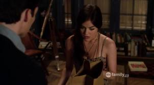 Which episode had Ezra reveal the truth to Aria about the book he was nghề viết văn about Alison?