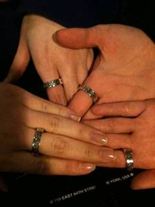 WHICH OF 2NE1 MEMBER'S BIRTHDAY THAT MADE COUPLE RING AS PRESENT THAT ENGRAVED WITH FOREVER