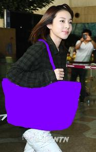 THIS IS ONE OF DARA'S 2NE1 FASHION AIRPORT.PICK THE RIGHT FENDI BAG THAT SHE HAD AT THAT TIME