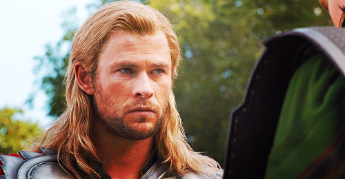 "Who played Thor in ""Avengers"" ?"