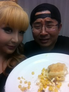 TRAINER HWANG HAD CAUGHT PARK BOM SECRETLY EAT A maïs belegd broodje, sandwich BEFORE 2NE1 concert IN JAPAN.PICK THE RIGHT PLACE