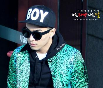 IN THIS PHOTO, TAEYANG FROM BIG BANG IS WEARING A kappe BROM BOY LONDON.PICK THE RIGHT SINGER WHO ALSO LOVES TO WEAR THIS CAP.