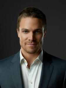Which actor plays Oliver Queen?