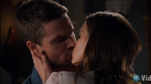 What did Oliver say to pohon salam, laurel before they kissed in 1.05?