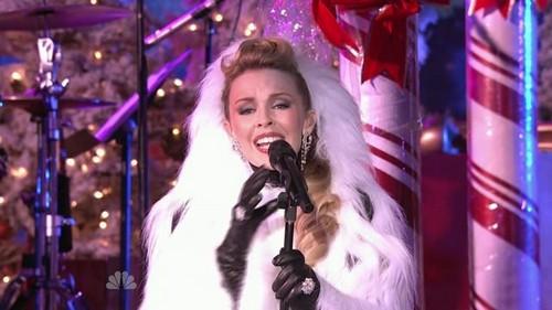 """Kylie Minogue sang : """"Santa _____"""""""