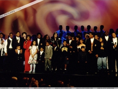 "This 照片 was taken at ""The Jackson Family Honors"" awards 显示 back in 1994"