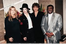 This is Michael and Debbie Rowe's official wedding 照片 taken back in November of 1996