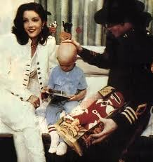 This fotografia of Michael and first wife, Lisa Marie Presley, was taken during the visit to St. Jude's Children's Hospital back in 1994