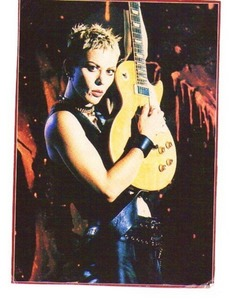 Why currently Joan don't play on her Blonde Gibson Les Paul Deluxe ?