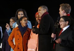 This 写真 of the Obama family was taken at the 2012 クリスマス 木, ツリー lighting ceremony in Washington, D.C.