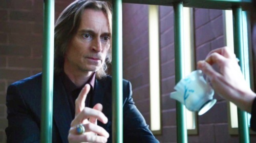Who is handing the chipped cup to Mr. Gold ?