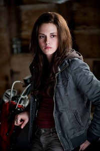Before moving to Forks,where did Bella live?