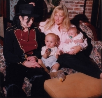 This family foto of the Jackson family was taken at Neverland Ranch back in 1998