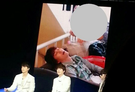 There are foto that mostrar someone pour a water to Kyuhyun when he was sleeping in sofa. Who is he?