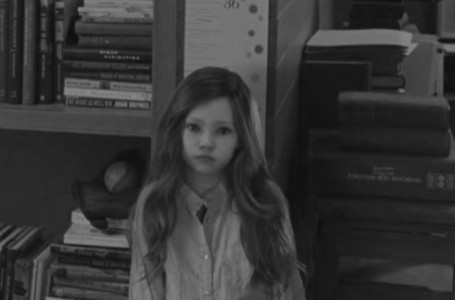 What color is Renesmee's camisa in this scene?